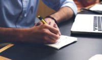 Schreiben mit Kugelschreiber auf Block