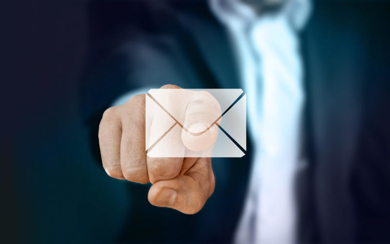 Fingerzeig auf virtuellen Brief